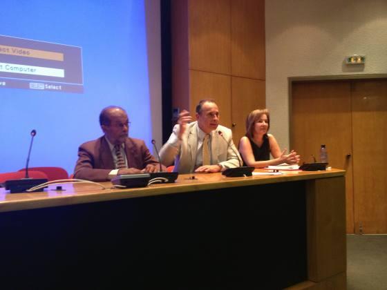 Ο Πρόεδρος του Τμήματος Καθηγητής κ. Π. Ήφαιστος, ο Καθηγητής του Τμήματος κ. Αθ. Πλατιάς και η Λέκτορας κ. Φ. Ασδεράκη κατά την Υποδοχή Πρωτοετών Φοιτητών.